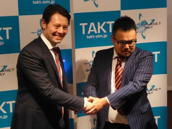 発表会で握手を交わすTop Connectのアンソニー・レベシュン氏とPlanetwayの平尾憲映氏