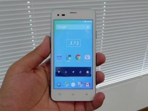 UPQ Phone A01Xの「ホワイト」(正面)