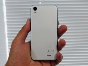 UPQ Phone A01Xの「ホワイト」(背面)