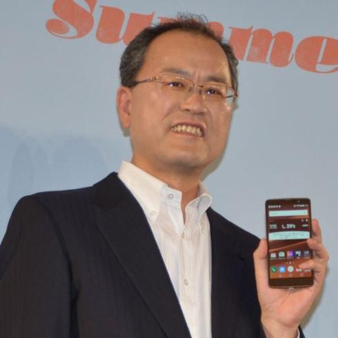 auの2015年夏モデルを発表する田中社長
