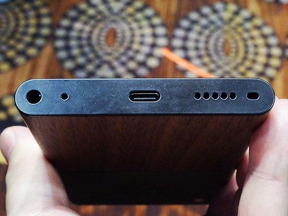 設計上のこだわりとして、本体底面にはUSB Type-Cポートやスピーカー穴が一直線に並ぶ