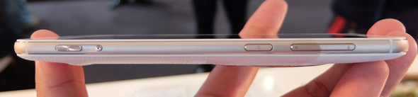 ZenFone Zoomの左側面