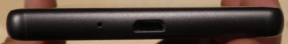 下面には受話マイクとMicro USB端子を配置