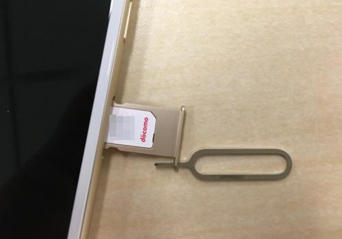 nanoSIMをiPhone 6sに挿入