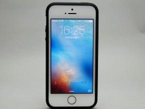 ラギッド・アーマーを取り付けたiPhone SE(正面)