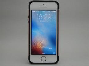 スリム・アーマーを取り付けたiPhone SE(正面)