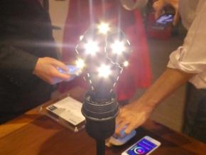 NanoleafのLED電球が光る様子