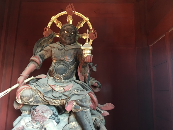 左手で隙間を埋めて撮った毘沙門天像