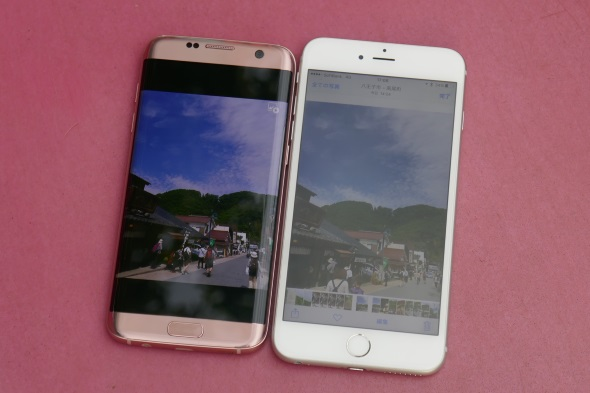 Galaxy S7 edge(左)とiPhone 6s Plus(右)