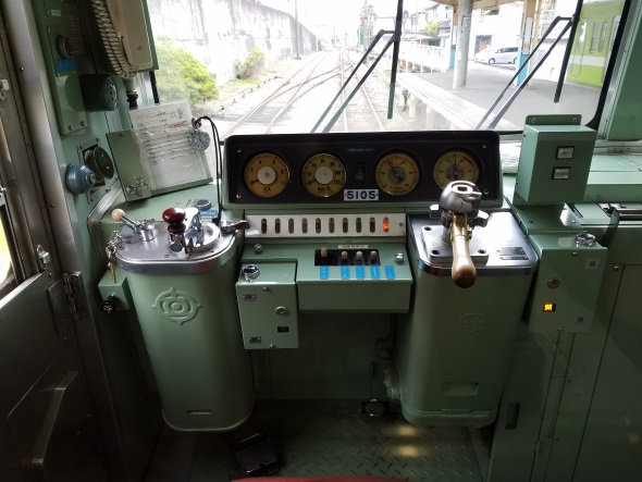 HDRオフで撮影した電車の運転台