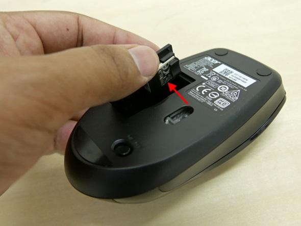 ドングルはマウスの電池ぶたに