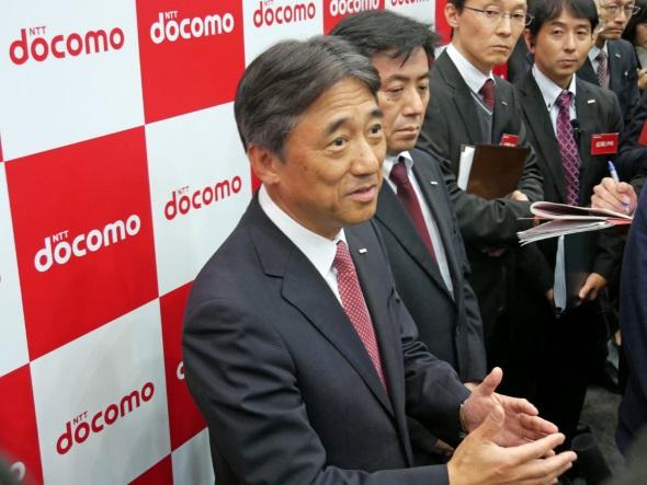 囲み取材に臨む吉澤社長(左)