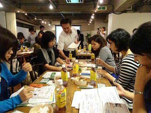 参加者のテーブルそれぞれでスタッフがiPhone7/7Plusを使用したデモなどを実施