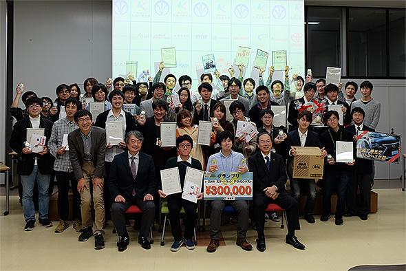 飯塚市長、審査員長と受賞チーム