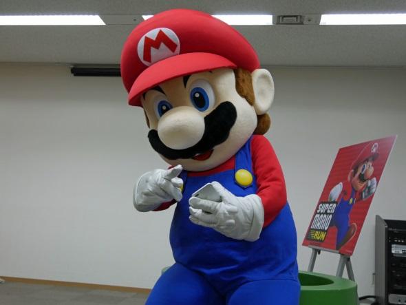 ゲームプレイ中のマリオ