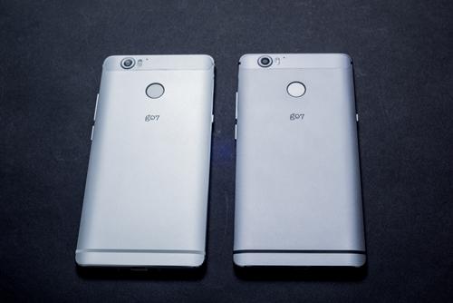 本体カラーは2色。写真左が「ホワイトパネル」、写真右が「ブラックパネル」