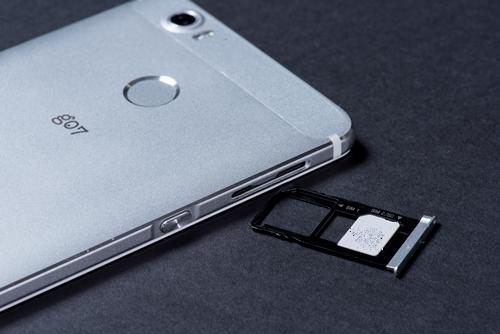 SIMカードトレイは、SIM1がmicroSIM、SIM2がnanoSIMサイズ