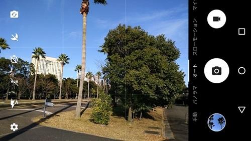 カメラのUIは、左側に撮影設定アイコン、右側に撮影モード切替