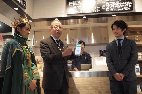 カフェでmineoユーザーがパケットを支払えば、コーヒーを割引価格で購入できる