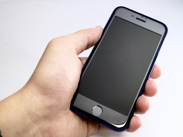 実際にケースをつけたiPhone 7を持ってみた写真。前面からだとその薄さ故に見た目的にもほとんど目立たない。