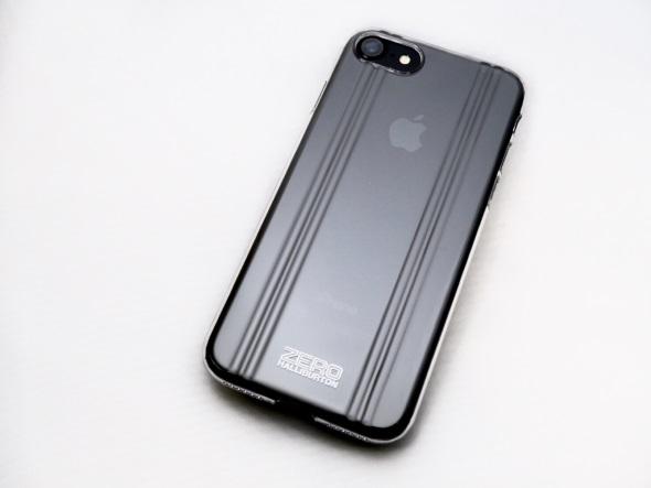 ブラックのiPhone 7にクリアケースを装着