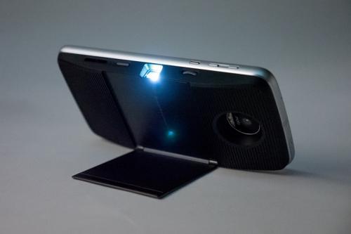 プロジェクター投影する「Moto Mods」