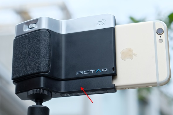 Pictar OneにiPhone 6sを装着。矢印で指した部分がバネで広がるようになっている
