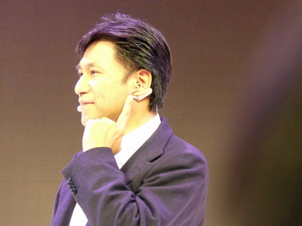 Xperia Ear Duoを装着する古海氏