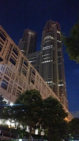 暗がりの中の建物