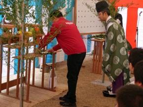 玉串を奉納する三木谷社長
