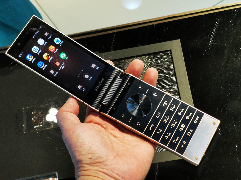 お値段約30万円、重さ257g Samsungの高級折りたたみスマホ「W2019」に触れた