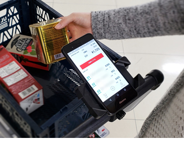 スマートPOSアプリ「USMH公式モバイルアプリ」を店内で利用しているイメージ