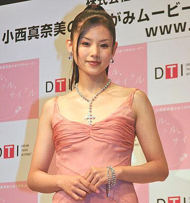 ピンクのドレスの小西真奈美