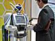 ロボットの手からチケット購入 NECが考えた、電子マネーの使い方