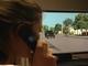 携帯しながら横断する子供は車にひかれやすい——仮想現実実験で判明