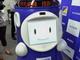 電子看板載せてロボットがご案内 デジタルサイネージ付き自動走行型ロボ、ALSOKが発売