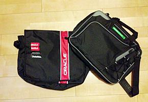 「Oracle OpenWorld San Francisco 2011」(左)と「IBM Information On Demand 2011」で手に入れたバッグ。しかし、帰国後に使ったことはまだない……