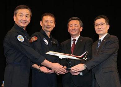 画像 MRJ初飛行の会見で記念撮影に応じる、左から戸田和男テストパイロット(...  「大成功」
