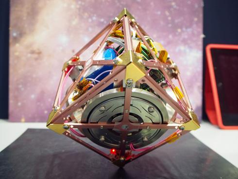 1つの頂点で直立する立方体ロボット JAXA開発(動画あり)