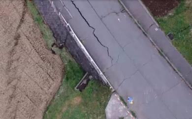 南阿蘇村に出現した断層の写真