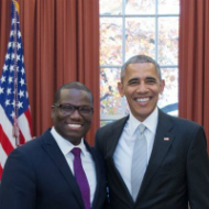 バラク・オバマ前大統領(右)とケビン・ルイス氏