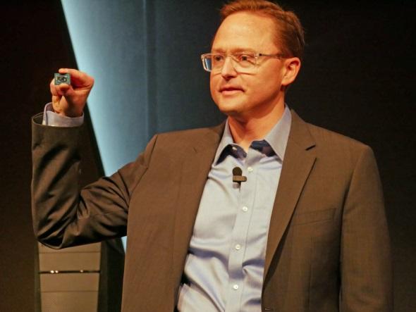 Ryzen Mobileのチップを手にするAMDのジム・アンダーソン氏