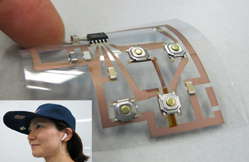 34e9e2aec2 作成したウェアラブルラジオは、軽量のためかぶっても違和感がなく、つばを曲げても問題なくラジオを受信できるという。