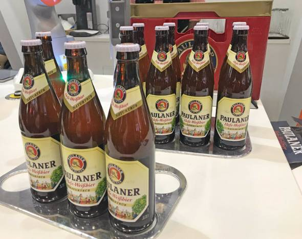 ビールを注いでくれるロボットアーム「LBR iiwa」