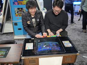 ストリートファイターIIで対戦し、思わず笑顔になる池田店長と塩川さん