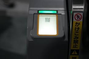 東芝インフラシステムズが開発したQRコード対応の自動改札機