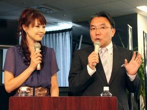 記者会見の司会を務めたフジテレビアナウンサーの高木広子氏(左)と塚越孝氏