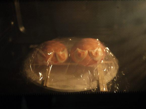 画像電子レンジで2匹仲良く蒸し中。ちなみにキッチンペーパーやキャベツにはさんで蒸す方法もありますが、キッチンペーパーもキャベツもありませんでした。やけど注意!