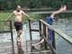 ダッシュで湖に飛び込もうとした男性の豪快すぎる結末