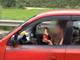 車を運転しながらカップラーメンを食べる女性が目撃される
